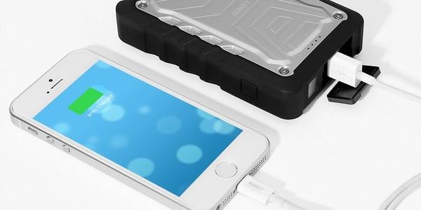 Batería externa Aukey resistente polvo y agua