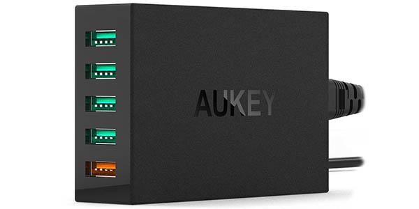 Cargador Aukey con 4 puertos USB y 1 USB carga rápida