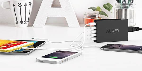 Cargador Aukey hasta 5 dispositivos simultáneos