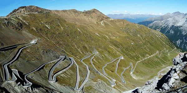 Paso Stelvio Italia carretera de montaña genial para conducir