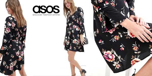 Vestido negro con estampado floral de Influence chollo en Asos