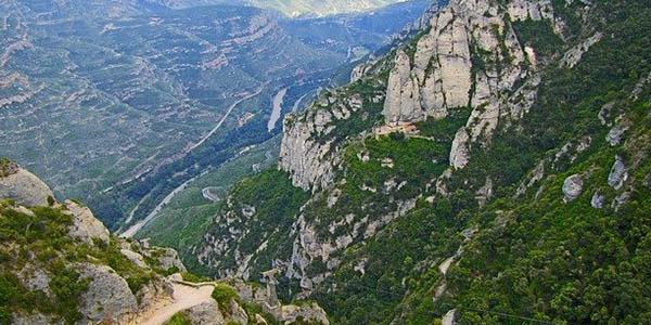 escapada de senderismo a Montserrat Barcelona con alojamiento barato