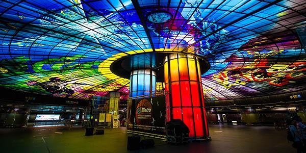 Formosa Boulevard estación bonita en el metro de Taiwán