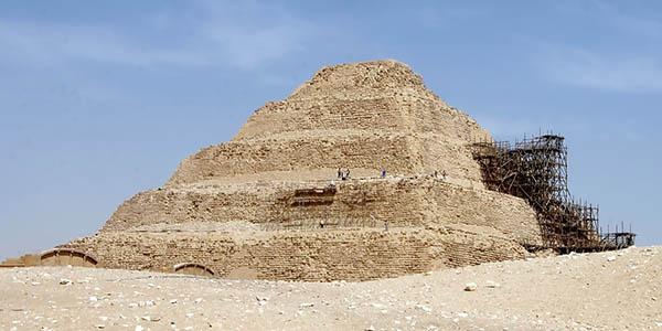 pirámide escalonada Saqqara Egipto primera en la historia