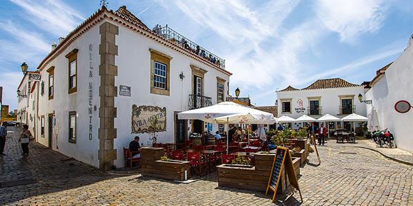 Faro parada durante una ruta de Cádiz al Algarve con alojamientos baratos